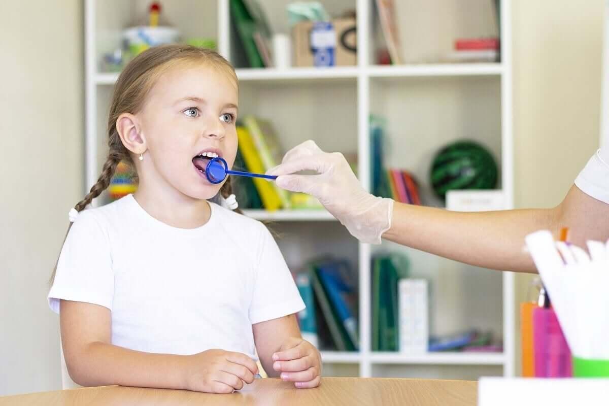 dili kontrol edilen çocuk