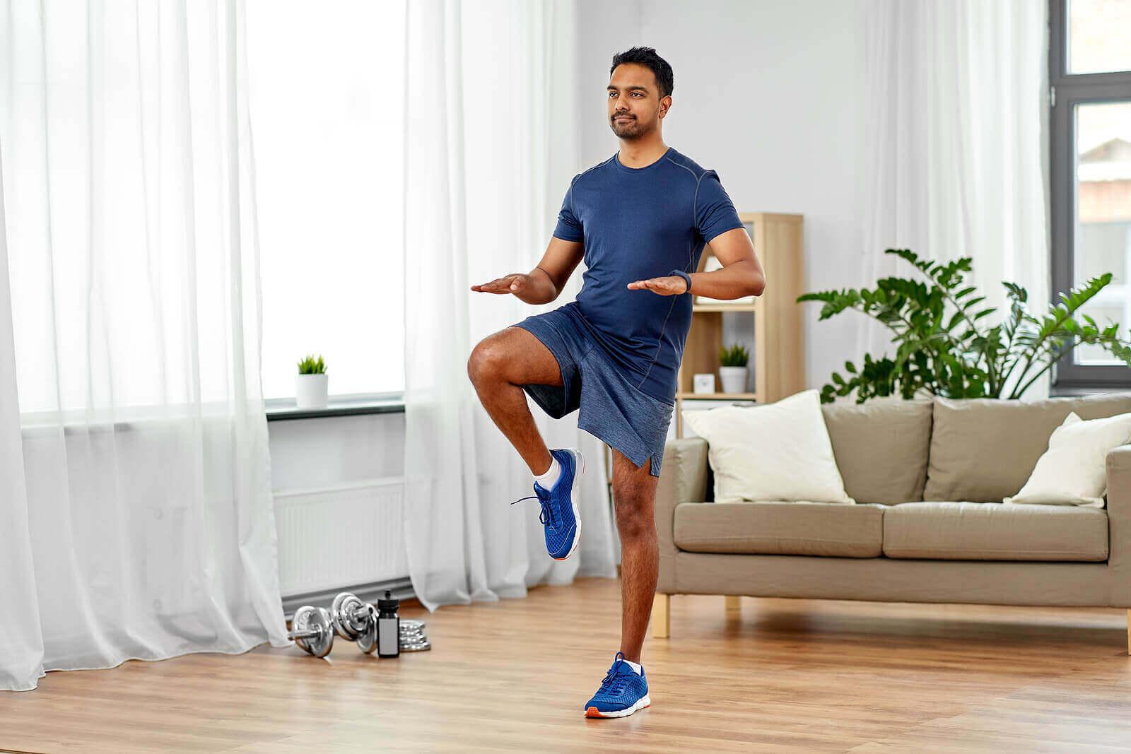 evde egzersiz yapan adam