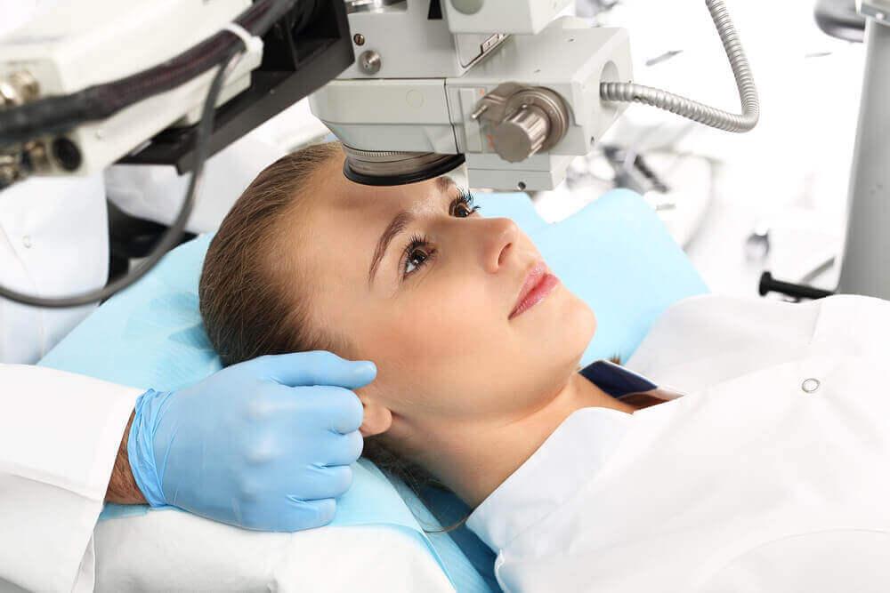 göz ameliyatına hazırlanan kadın