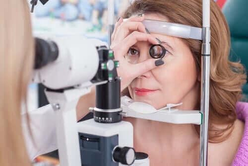 göz kontrolünden geçen hasta