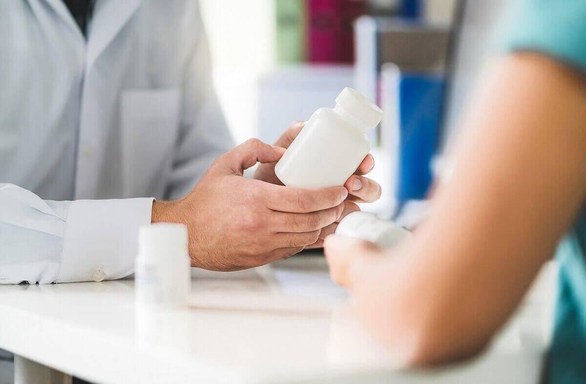 ilaç şişesine bakan eller