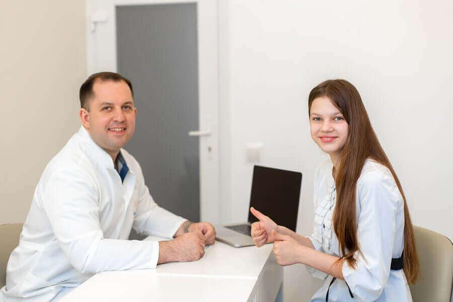 doktorla konuşan mutlu hasta
