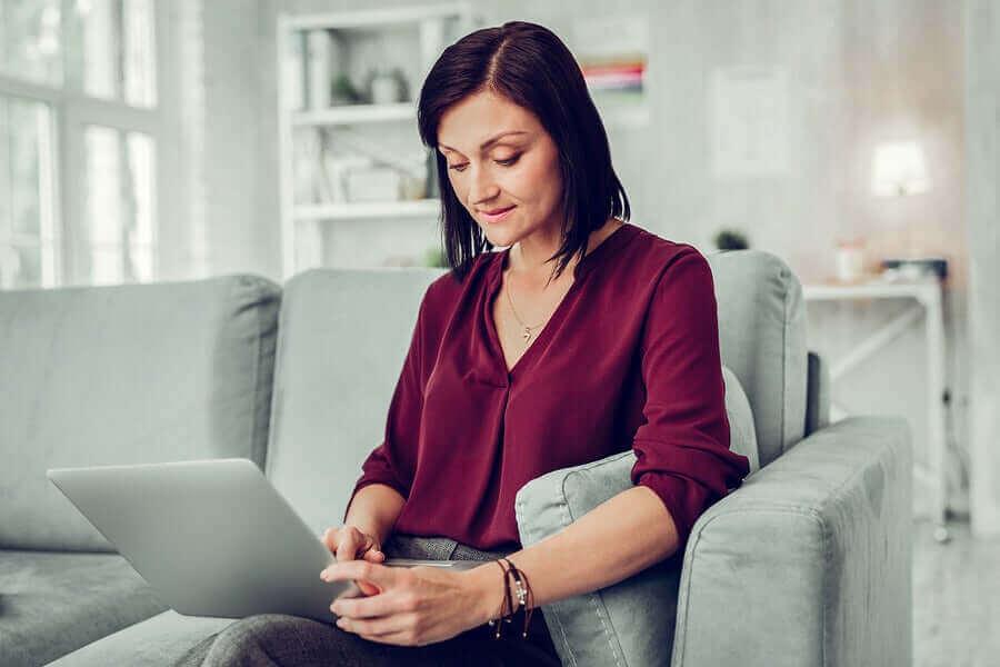 online terapi gören kadın