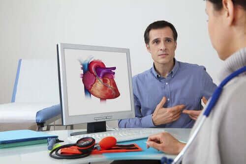 doktorla kalp sorununu konuşan hasta