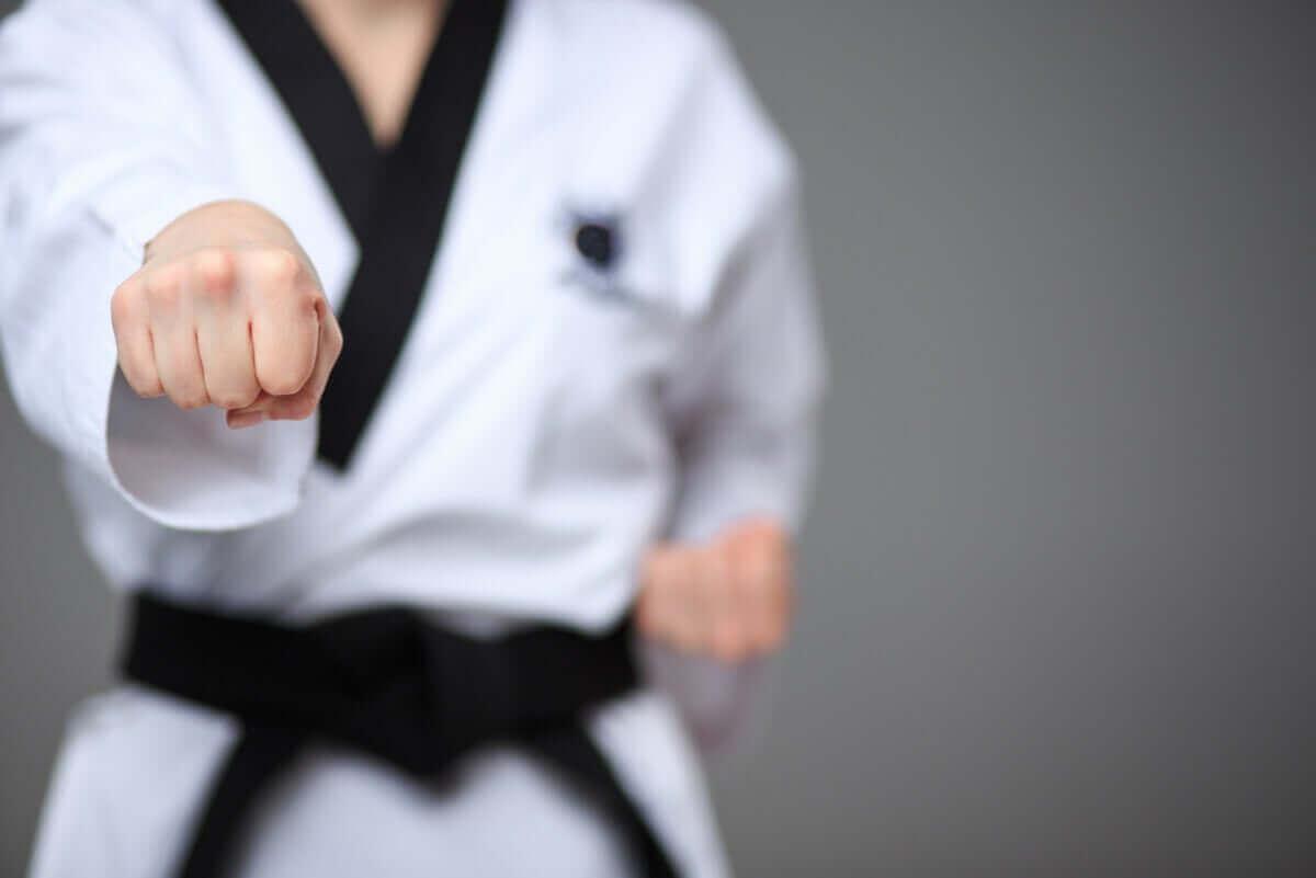 karate hareketi yapan vücut