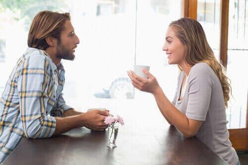 kadını dinleyen adam