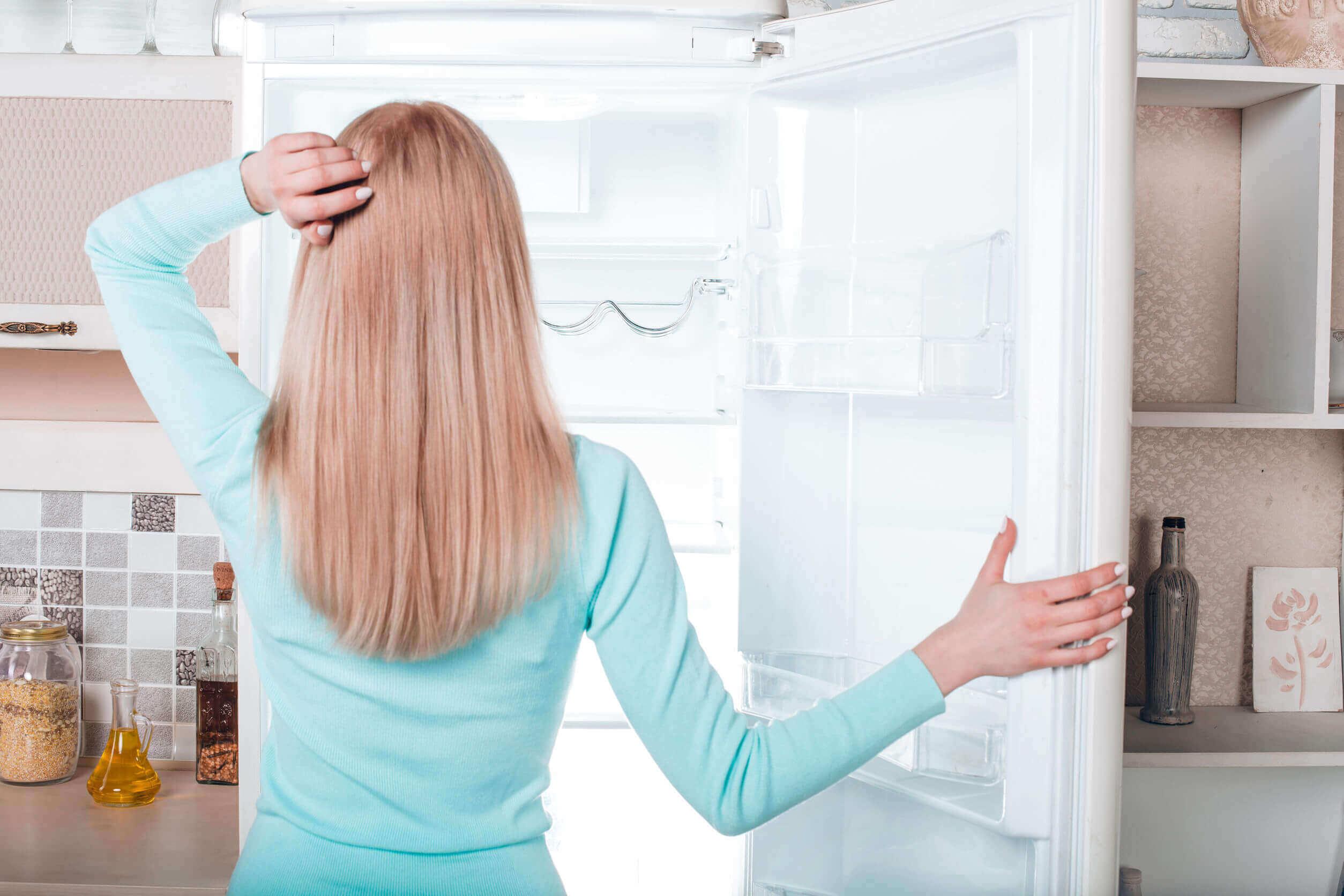 buzdolabını düzenleyen kadın