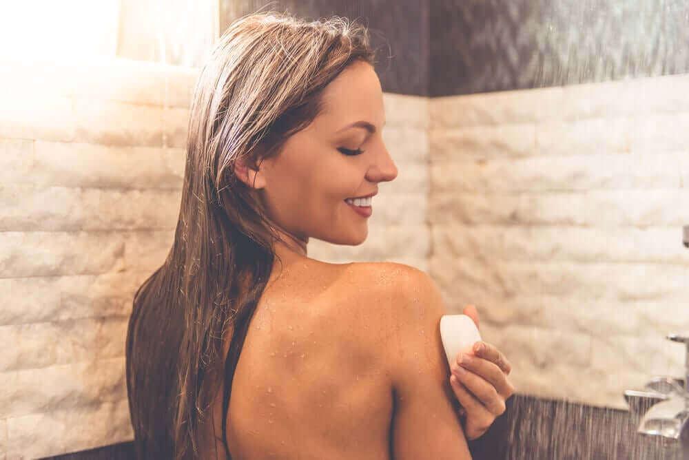 nötr sabunla banyo yapan kadın