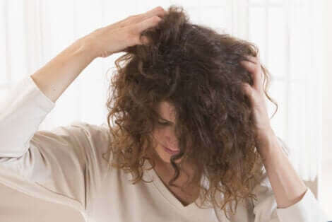 saçlarını kaşıyan kadın