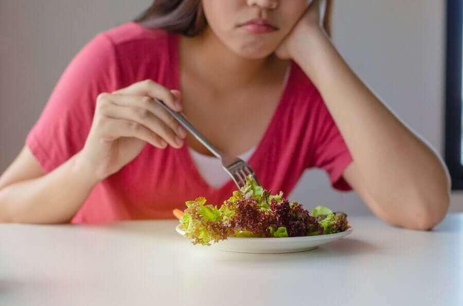 salatasını dürten üzgün kadın