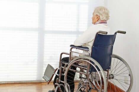 tekerlekli sandalyede duvara bakan yaşlı adam