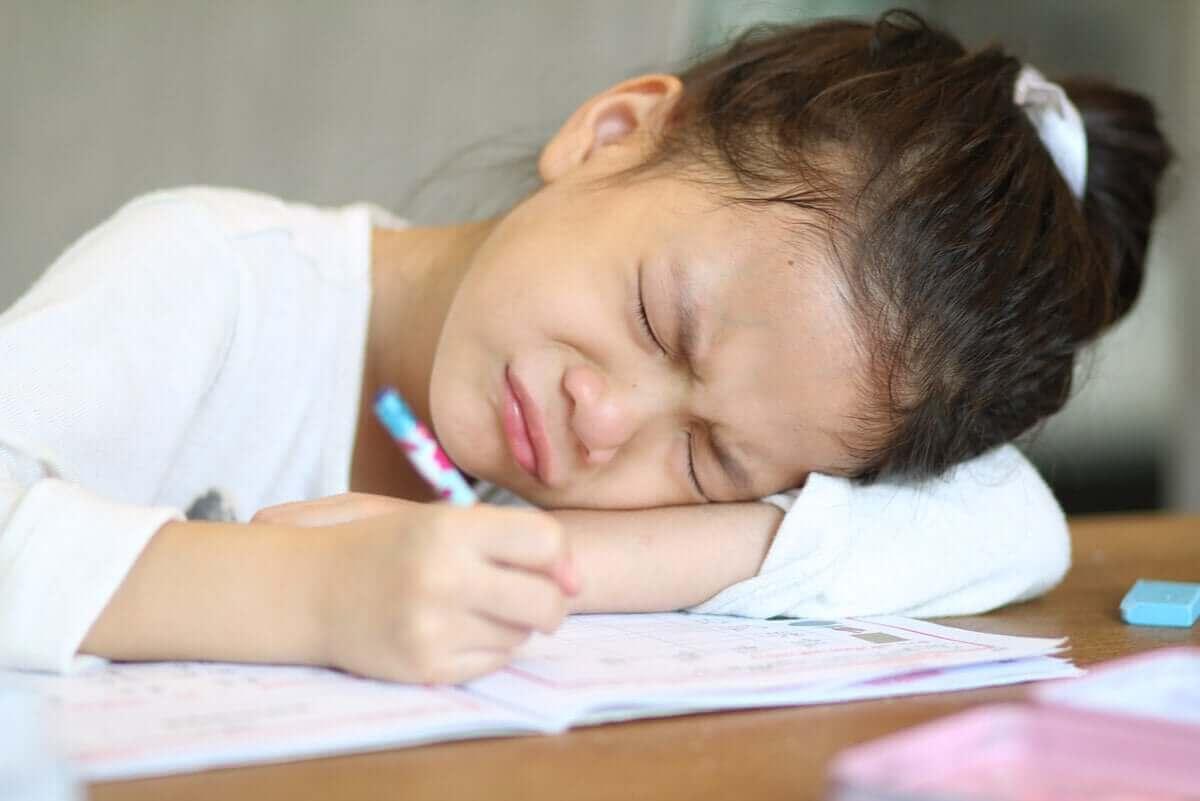 yazı yazarken mutsuz çocuk