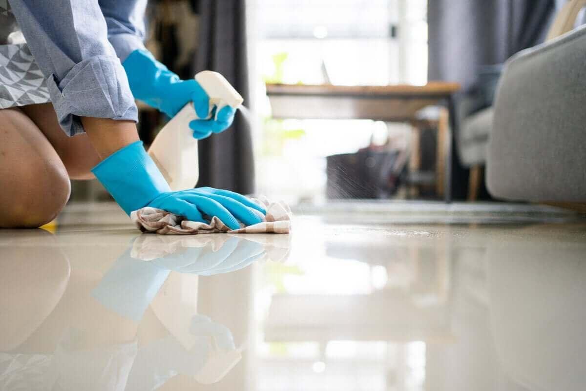 yerleri temizleyen kadın