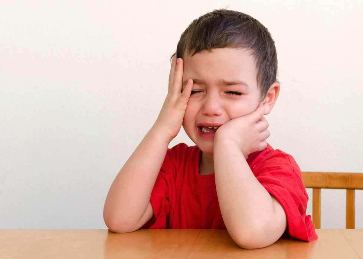 oturmuş ağlayan minik çocuk