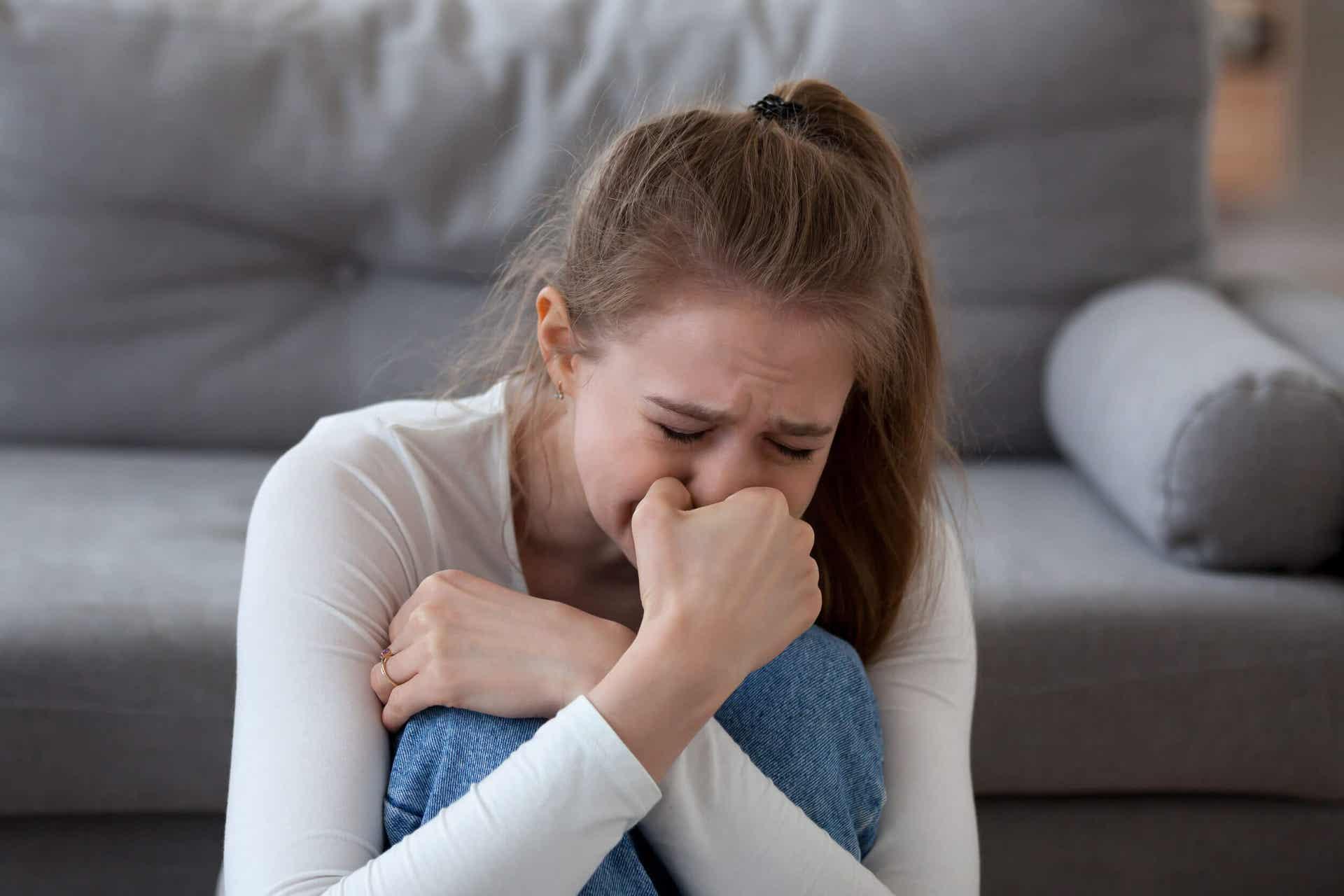 oturmuş ağlayan kadın