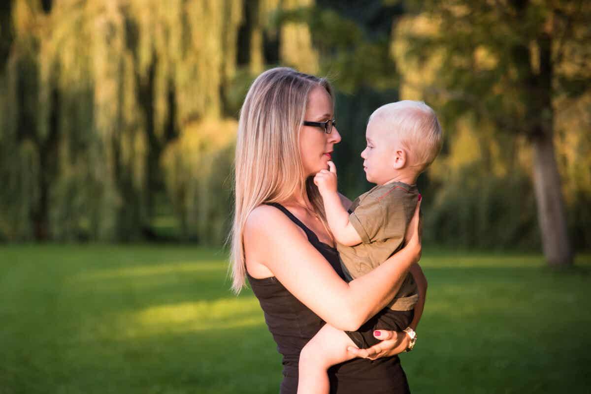 kucağında bebeğiyle ilgilenen anne