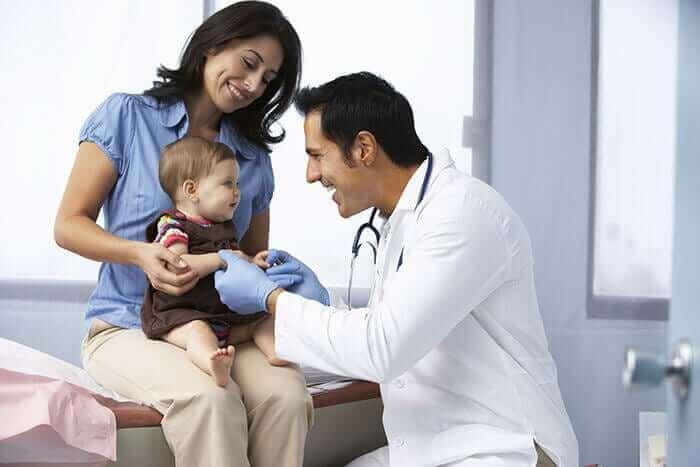 bebeği inceleyen çocuk doktoru