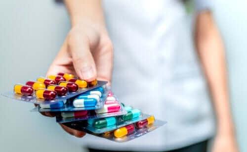 ellerin uzattığı bir sürü antibiyotik