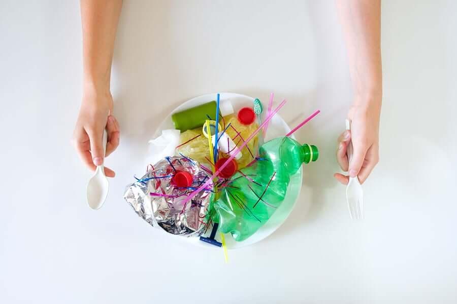 bir tabak plastik şişe