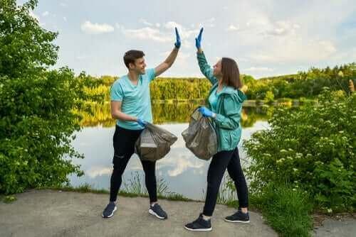 beraber çöp toplayan iki sporcu