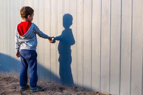 gölgesine dokunan çocuk