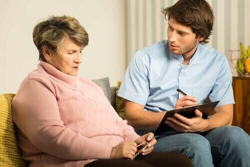 demanslı yaşlı kadınla konuşan genç adam