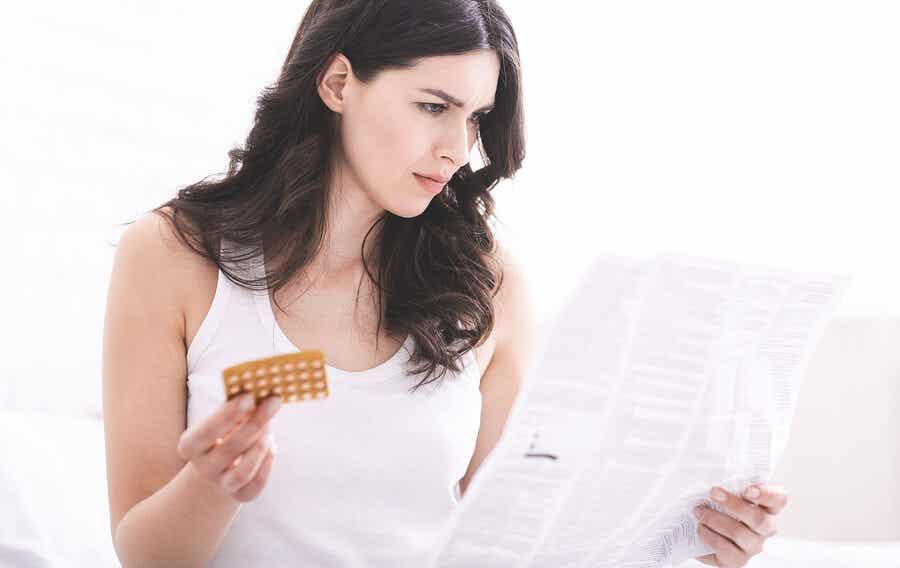 prospektüs okuyan kadın