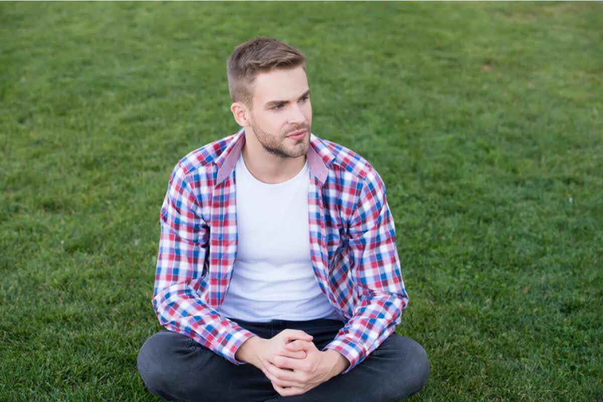 çimlerde oturmuş düşünen adam