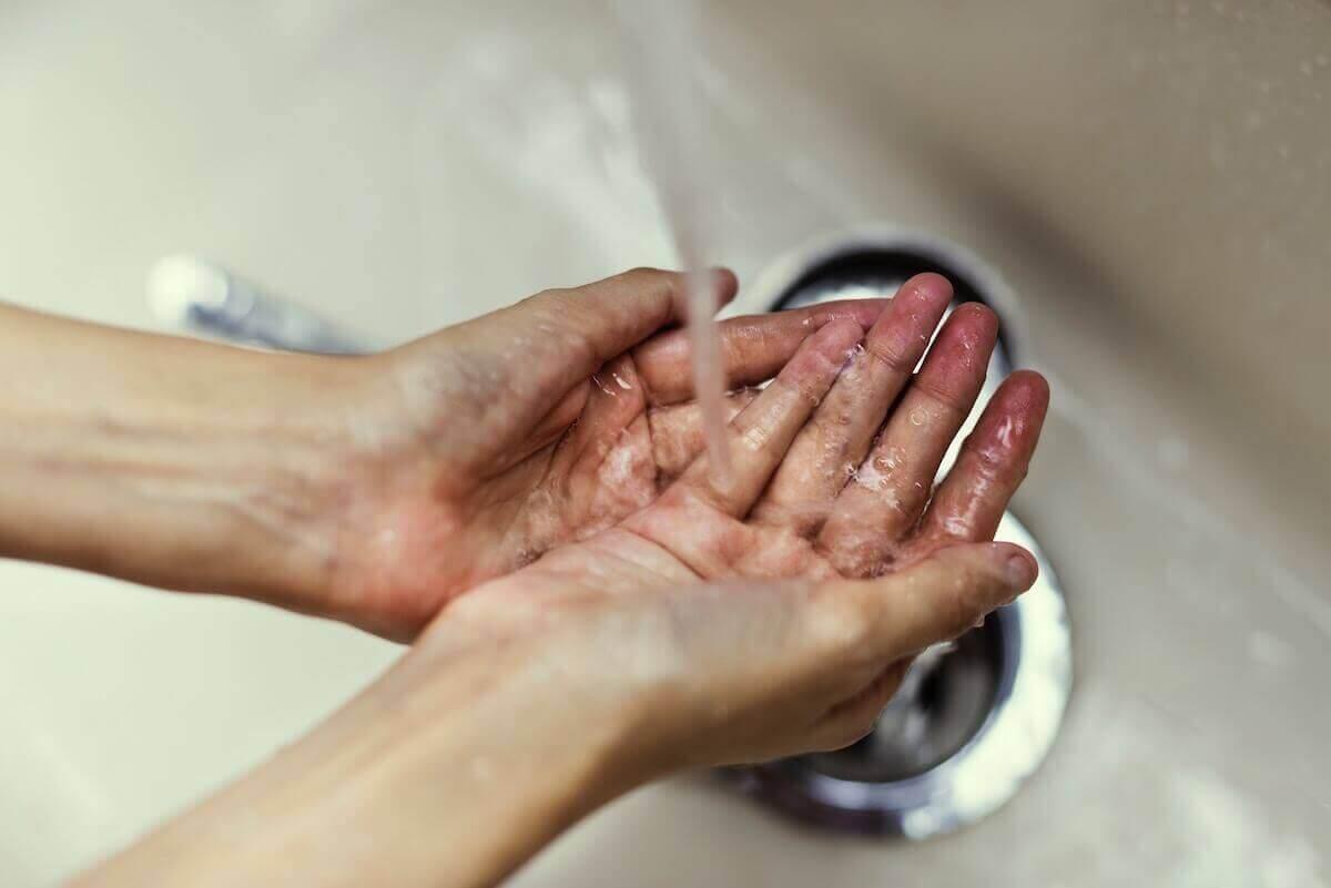 suda yıkanan eller