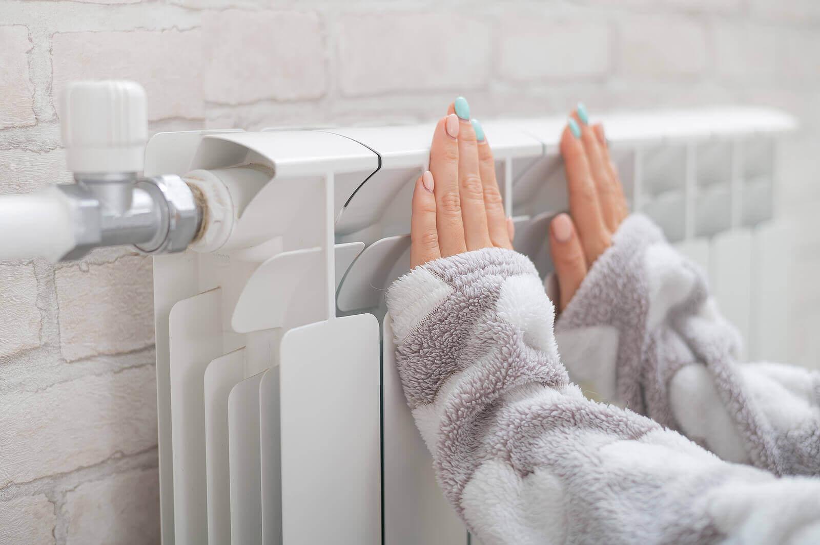 kaloriferde ısıtılan eller