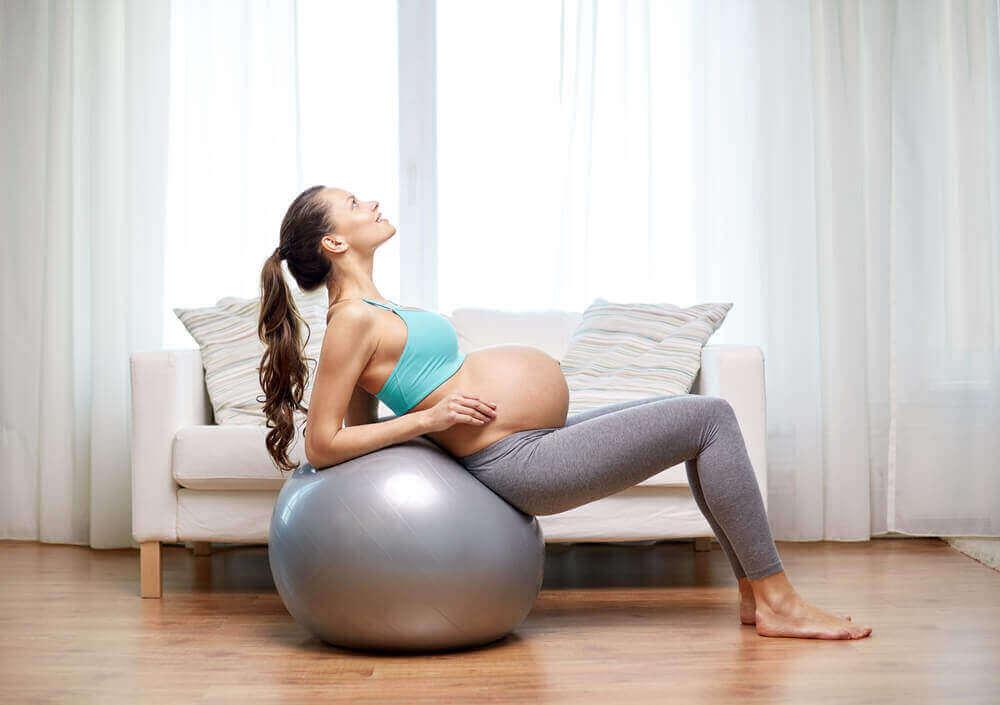 pilates topuyla egzersiz yapan hamile kadın