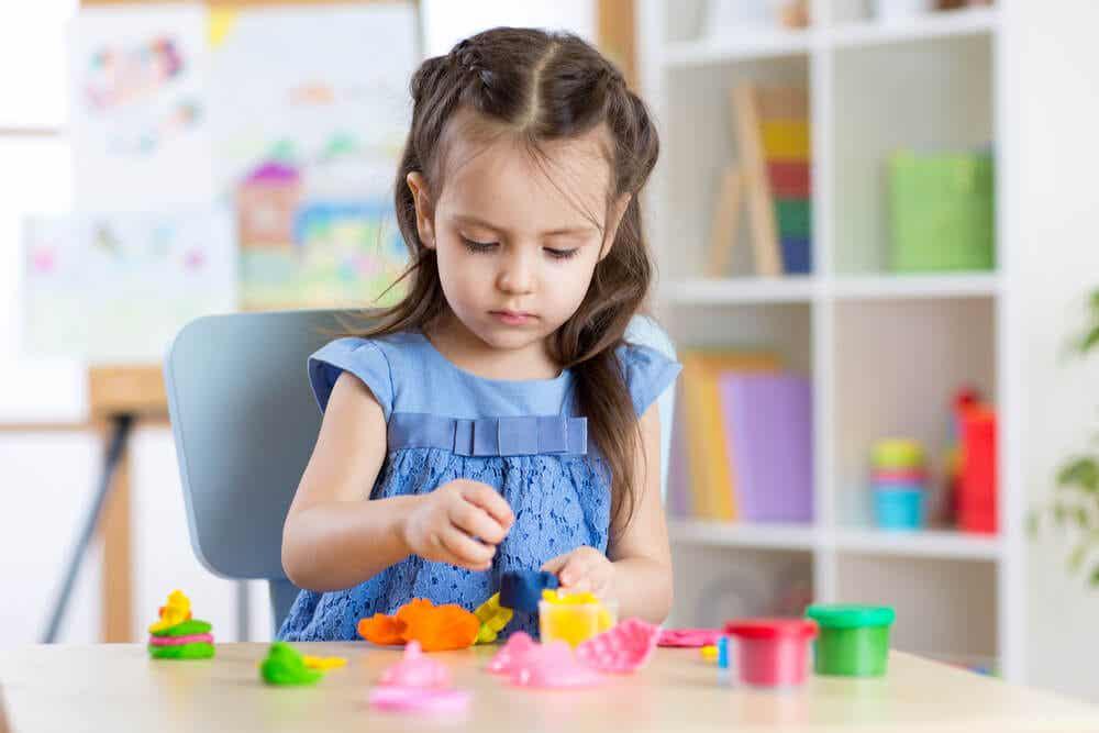 oyun hamuruyla oynayan kız