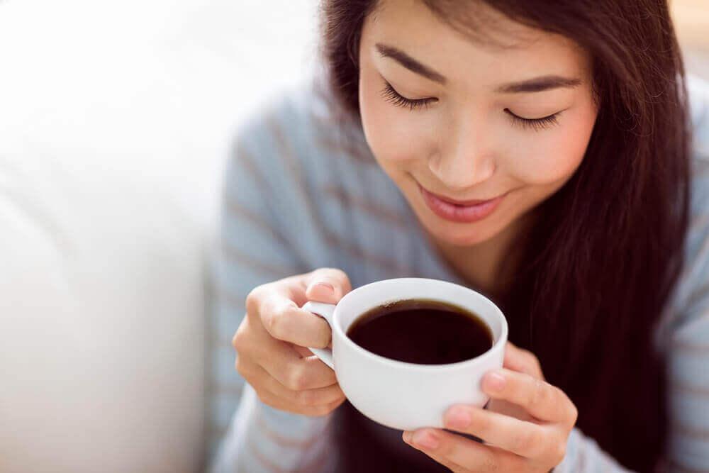 kahve içen huzurlu kadın