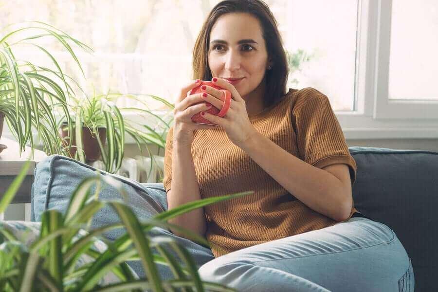 kahve içen mutlu kadın