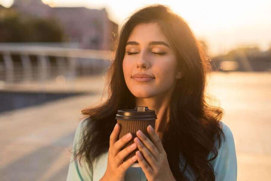 kahve bardaklı mutlu kadın