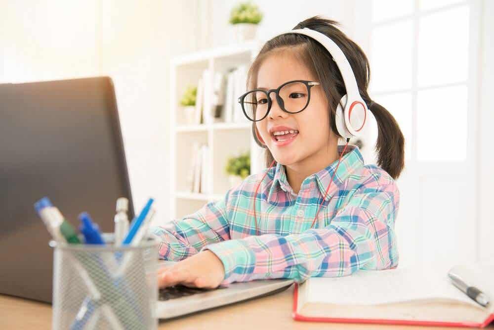 dizüstü bilgisayarında çalışan küçük kız