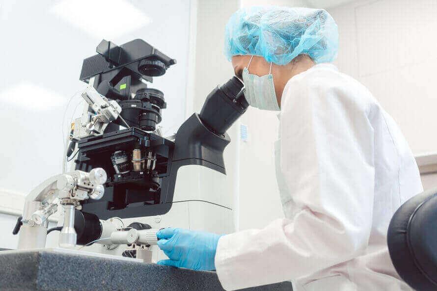 mikroskopta hücreleri inceleyen araştırmacı