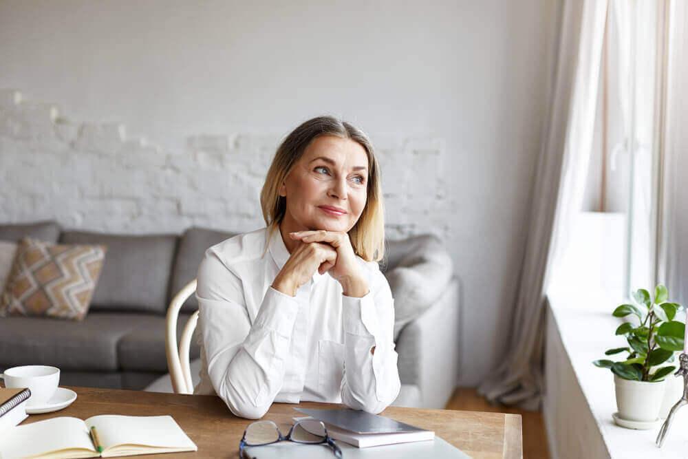 oturan mutlu kadın
