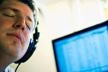 gözleri kapalı müzik dinleyen adam