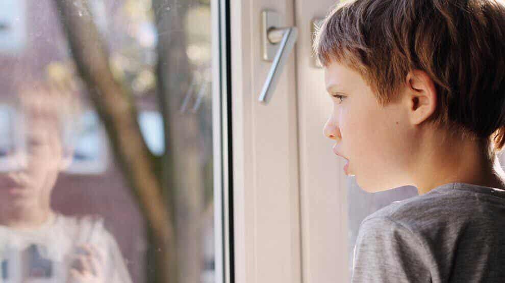 camdan bakan çocuk