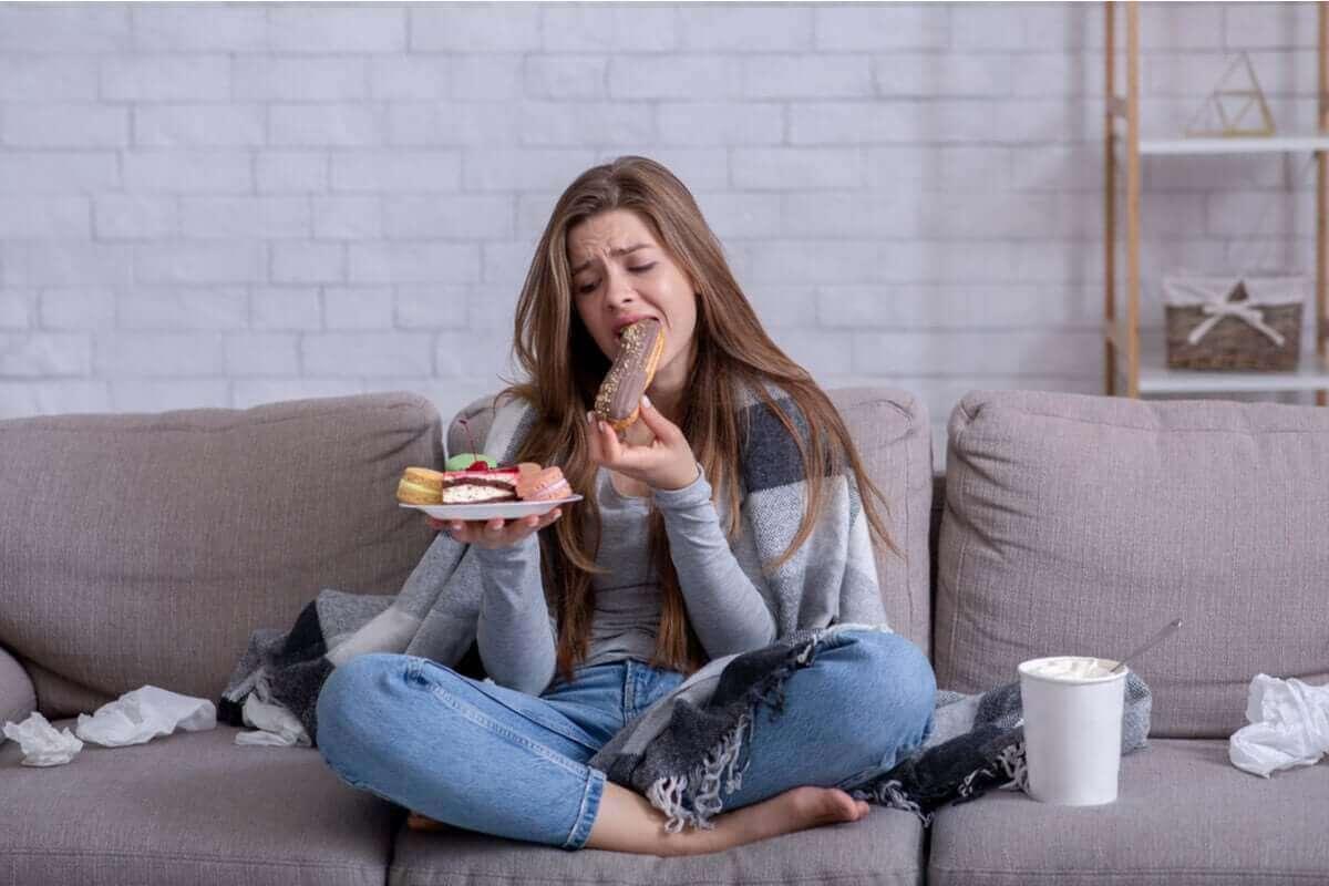 koltukta bir tabak pasta yiyen kadın