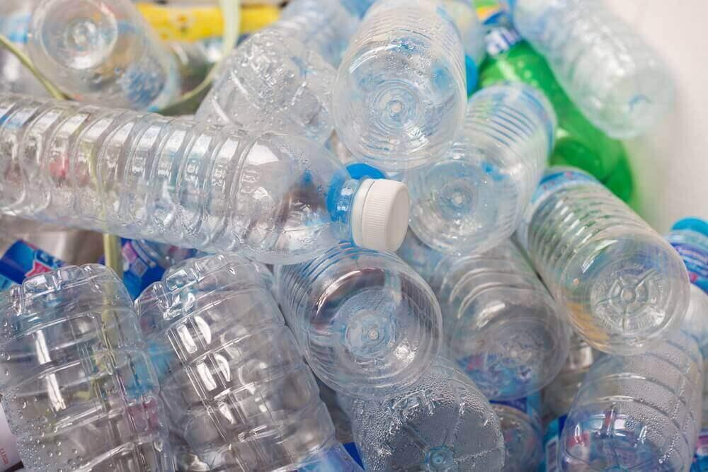 boş plastik şişeler