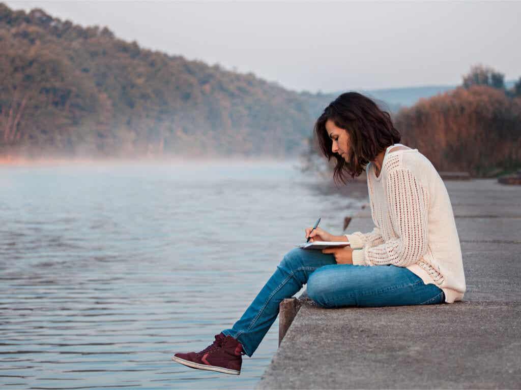 su kenarında resim çizen kadın