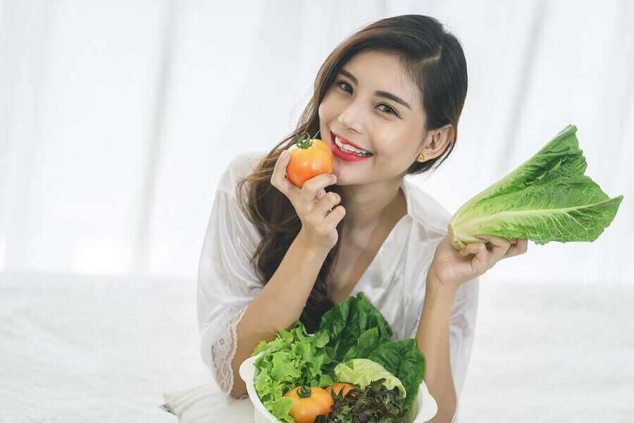 domates tutan kadın
