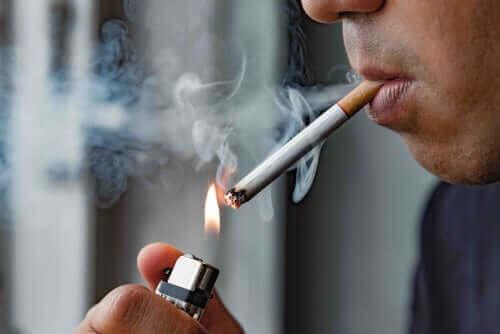 sigara yakan adam