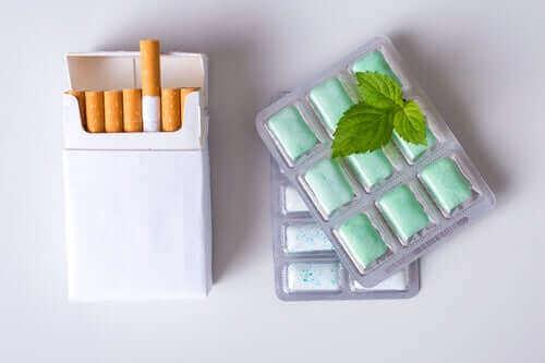 bir paket sigara ve iki paket nikotin sakızı