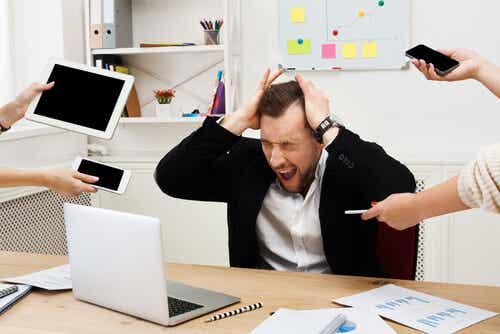 işyerinde stres yaşayan adam