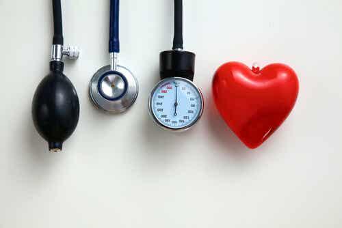 tansiyon ölçerler ve bir kalp