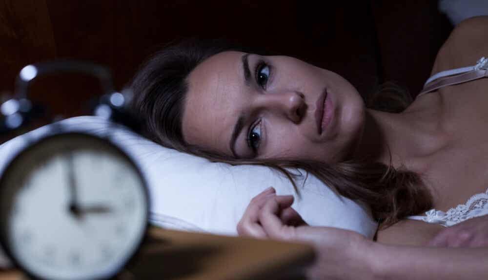 gece tükenmişlik yaşayan kadın