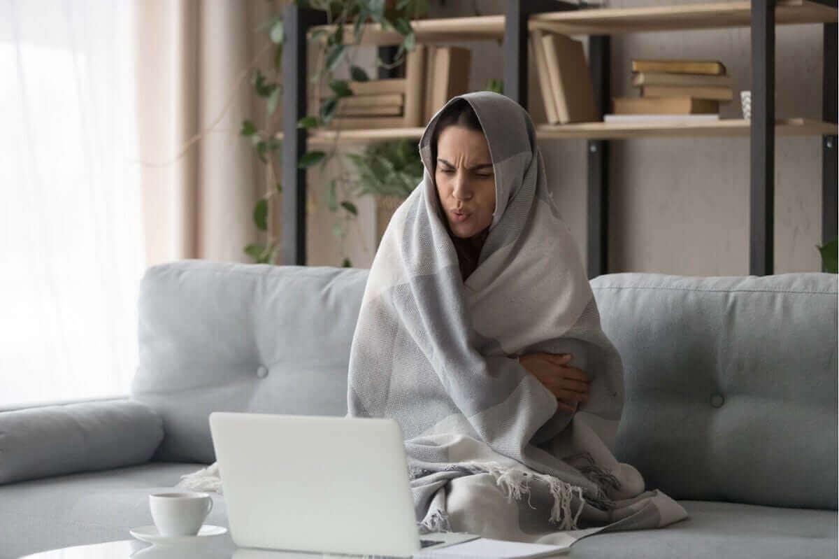 battaniyeye sarılmış, üşüyen kadın